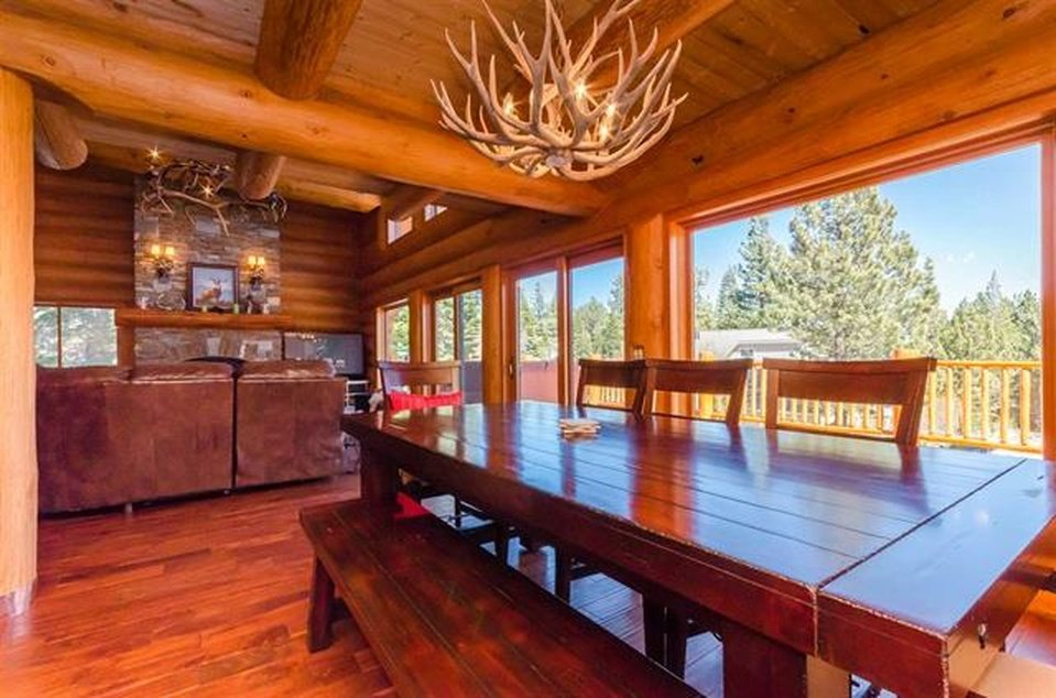 log-home-dining-area